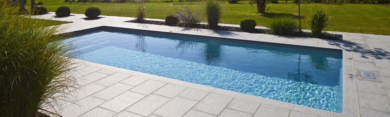 Pool Avalos eignet mit einer geräumige Schwimm- und Badefläche in größeren Gartenanlagen.