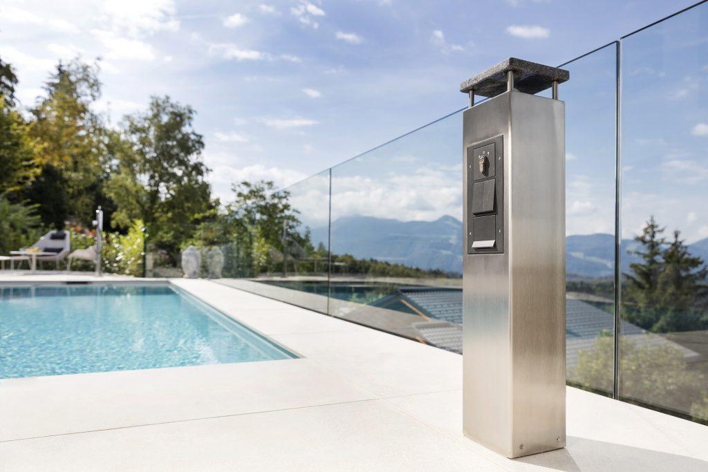 Accessoires beim Pool - Energie- und Funktionssäule Stella von Leidenfrost