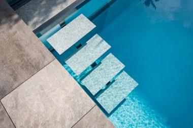 LOFT 2 Elegante Steinstufe als Einstiegsbereich