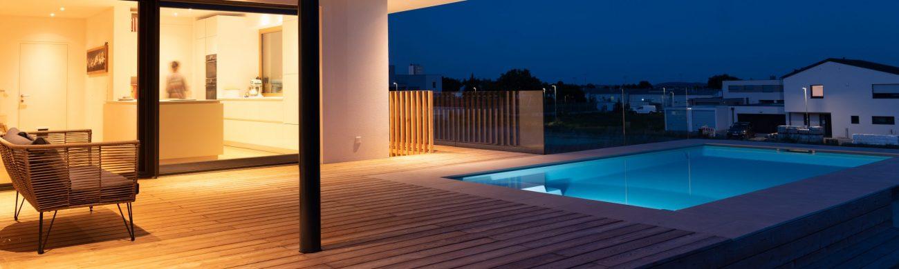 Unterwasserscheinwerfer tauchen den Pool in warmes Licht