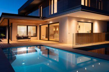 Unterwasserscheinwerfer im Pool für die perfekte Stimmung am Abend