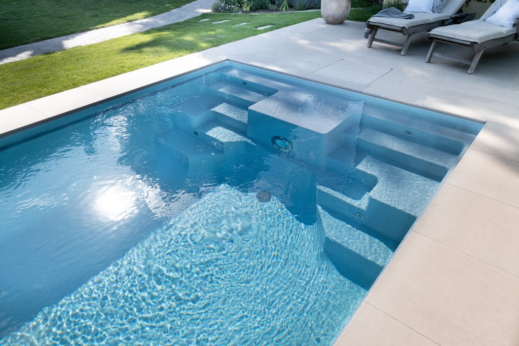 Poolfarbe granito metalico glitzert im Sonnenlicht, erinnert an Meerwasser.