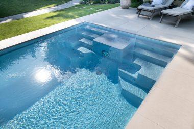 Der symmetrische Stufenbereich kann im Pool Playa als Sitz- und Massagezone genutzt werden.