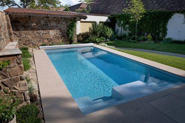 Schöne mediterrane Gartenanlage mit dem Pooltyp Playa