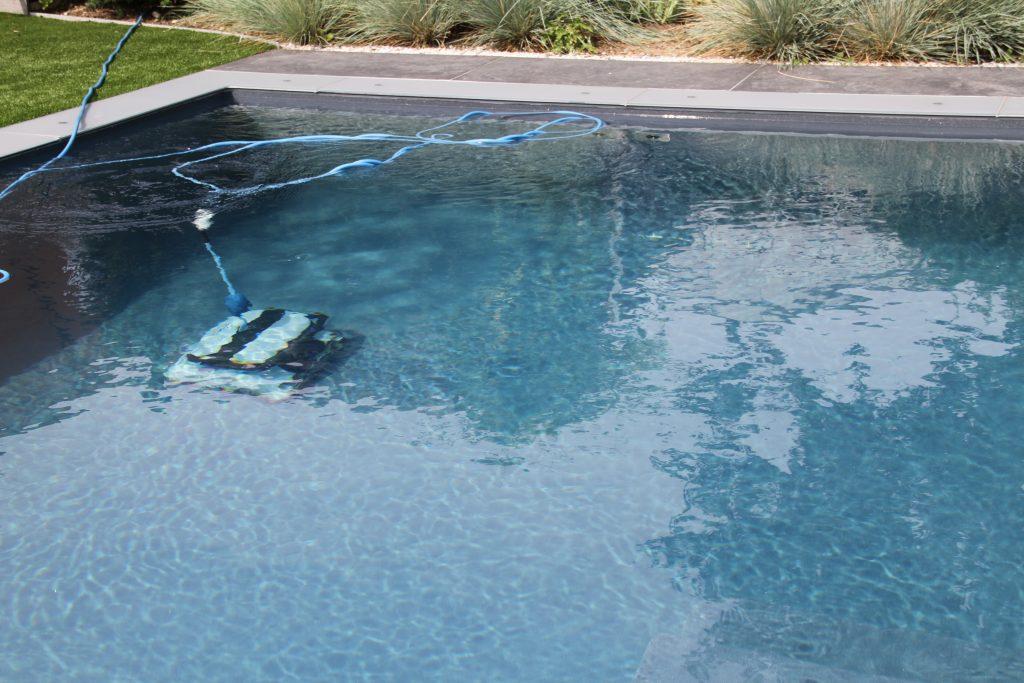 Ein Reinigungsroboter oder auch automatischer Bodensauger genannt sorgt in Ihrem Pool für Sauberkeit