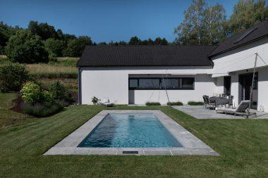 Pool Thelo schmiegt sich perfekt in die Terrassen und Gartenanlage