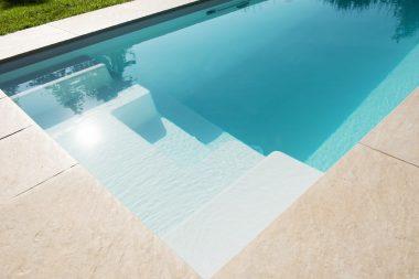 Pool Unico RC lädt zum Relaxen in Stufenbereich ein