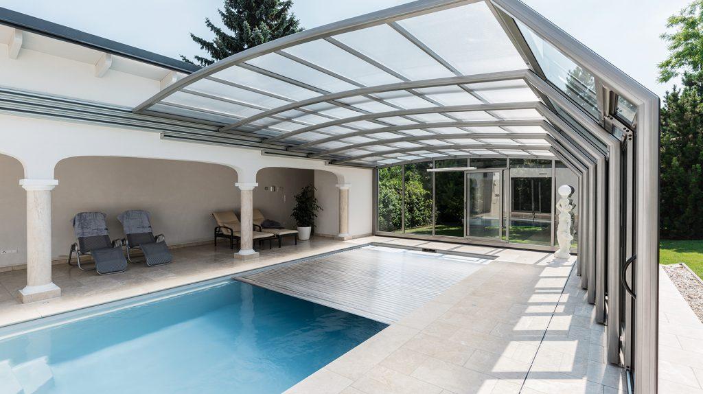 Die passende Abdeckung für den Pool, wir bieten Varianten wie Unterflurrolloabdeckung, Rollschutz Planenabdeckung oder Schiebehalle