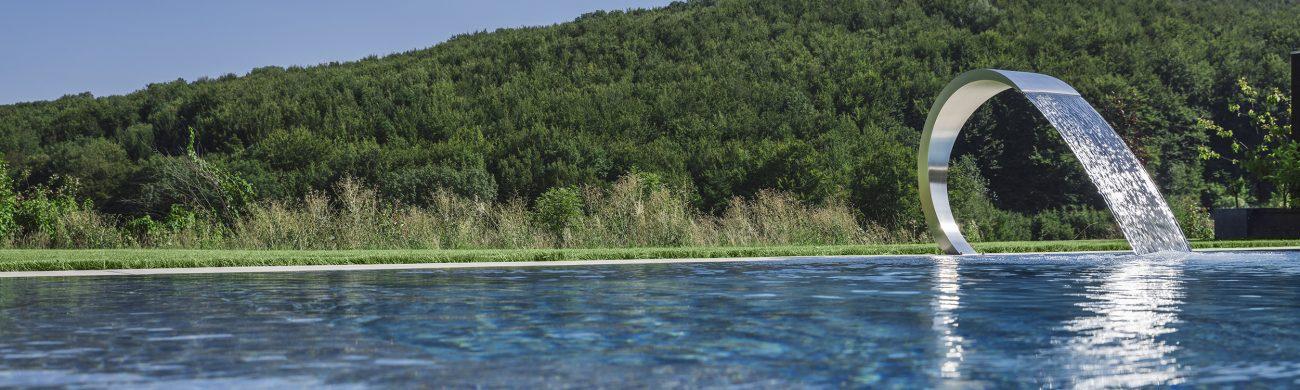 Überlaufpool LOFT 1.10 Der Schwaller am Pool sorgt für Entspannung im Nacken- und Schulterbereich