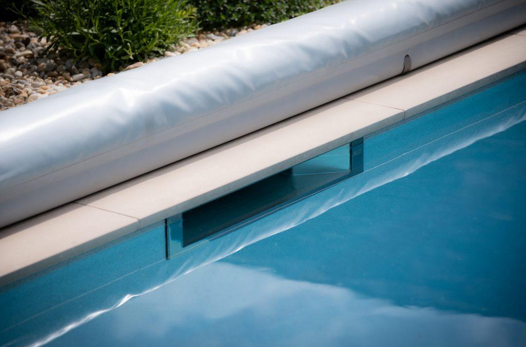 Der Skimmer saugt das Poolwasser ab und bestimmt den Wasserstand des Pools